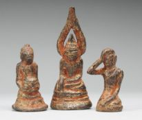 Drei thailändische Buddha-MiniaturenBronze, Reste roter u. goldener Fassung. Versch. Darstel