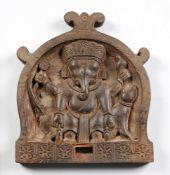 Indische RelieftafelHartholz, geschnitzt. In bogenförmiger Rahmung Darstellung der hinduisti