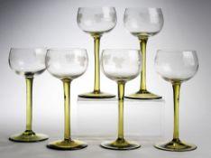 Sechs WeingläserFarbloses u. grünes Glas. Formgeblasen. Scheibenfuß, schlanker Schaft. Bau
