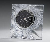 TischuhrFarbloses Glas. Modelgeblasen. Massiver Korpus über dreieckigem Stand. Schaus. glatt