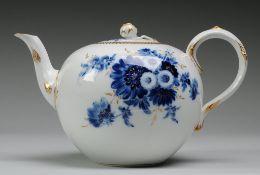 """Teekanne """"Blaue Blume mit Goldgräsern"""" Weiß, glasiert. Kugeliger Korpus mit geschwungener Tülle u."""