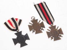 Drei Ehrenkreuze 1. WKEisen. 2 x bronzierte Ausführung für Frontkämpfer, 1 x schwarze Ausf
