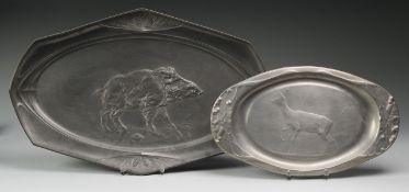 Zwei VorlageplattenZinn/ Kayserzinn. Ovale Form mit Reliefdekor im Jugendstil. Hirsch mit Bro