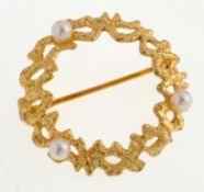 Fahrner-Brosche925er Silber, vergoldet. Durchbrochen gearbeiteter Kranz, besetzt mit 3 Perlen