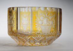 SchaleFarbloses dickwandiges Glas, part. gelb gebeizt. Formgeblasen u. geschliffen. Wandung m