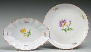 """Paar Schalen """"Bunte Blume""""Weiß, glasiert. Runde bzw. oval-geschweifte Form. Polychrome Bemal"""