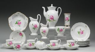 "Konvolut Meissner Porzellan ""Rote Rose""23-tlg. Weiß, glasiert. Kaffeekanne, Paar Sahnegieße"