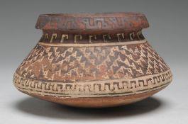 Präkolumbische KeramikSandfarbener Scherben. Über gewölbtem Boden konischer Korpus mit pro
