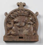 Indische Relieftafel Hartholz, geschnitzt. In bogenförmiger Rahmung Darstellung einer sechsköpfigen
