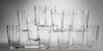 Zwölf Jugendstil-WassergläserFarbloses Glas. Optisch gerippt formgeblasen. Konischer Korpus