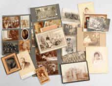 Sammlung von Original-Fotografien66 Fotografien, davon 14 Atelierfotografien (Cartes de Visit