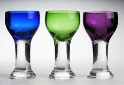 Drei LikörgläserFarbloses Glas, part. rot, grün bzw. blau unterfangen. Formgeblasen. Massi