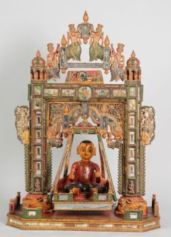 """Hinduistischer Altar-Schrein, sogen. """"Krishna-Schaukel""""Holz, geschnitzt u. polychrom bemalt."""