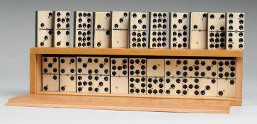 Dominospiel55-tlg. Spielsteine aus Bein u. ebonisiertem Holz. Holzschatulle mit Schiebedeckel