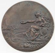 Medaille ZwickauSilber, patiniert. Preismedaille. Sitzende halbnackte Frau mit erhobenen Lorb