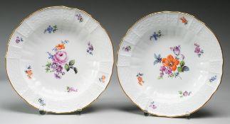 """Paar Suppenteller """"Altbrandenstein""""Weiß, glasiert. Reliefdekor. Polychrome Bemalung mit Blum"""