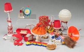 Konvolut Puppenmöbel 25-tlg. Kunststoff. Enthält versch. Lampen mit Glühbirnen und dazugehörigen