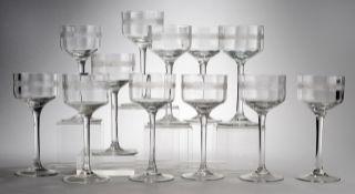 Zwölf Jugendstil-WeingläserFarbloses Glas. Optisch gerippt formgeblasen. Kuppa mit dezenter