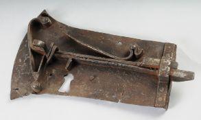 Barockes TürschlossEisen, geschmiedet. Offenes Federschloss. Ohne Schlüssel. Gebrauchsspure