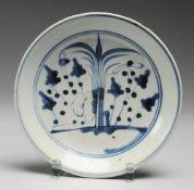 Schale mit floralem DekorPorzellan. Auf Standring gemuldete Form. In uglbl. Bemalung Gräser