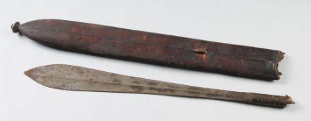 Schwert mit ScheideEisenklinge mit mittig verlaufendem Grat. Am Heft mit Draht u. Leder umwic
