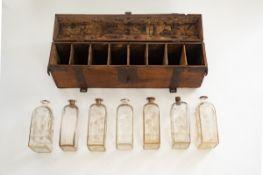 Barocke Kiste mit gravierten Schnapsflaschen