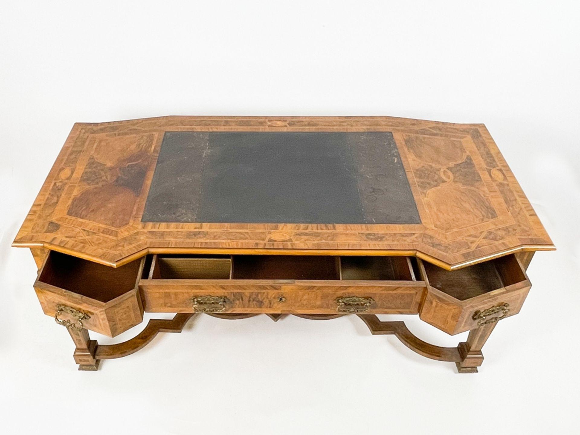 Prunkvoller intarsierter barocker Schreibtisch - Bild 2 aus 4