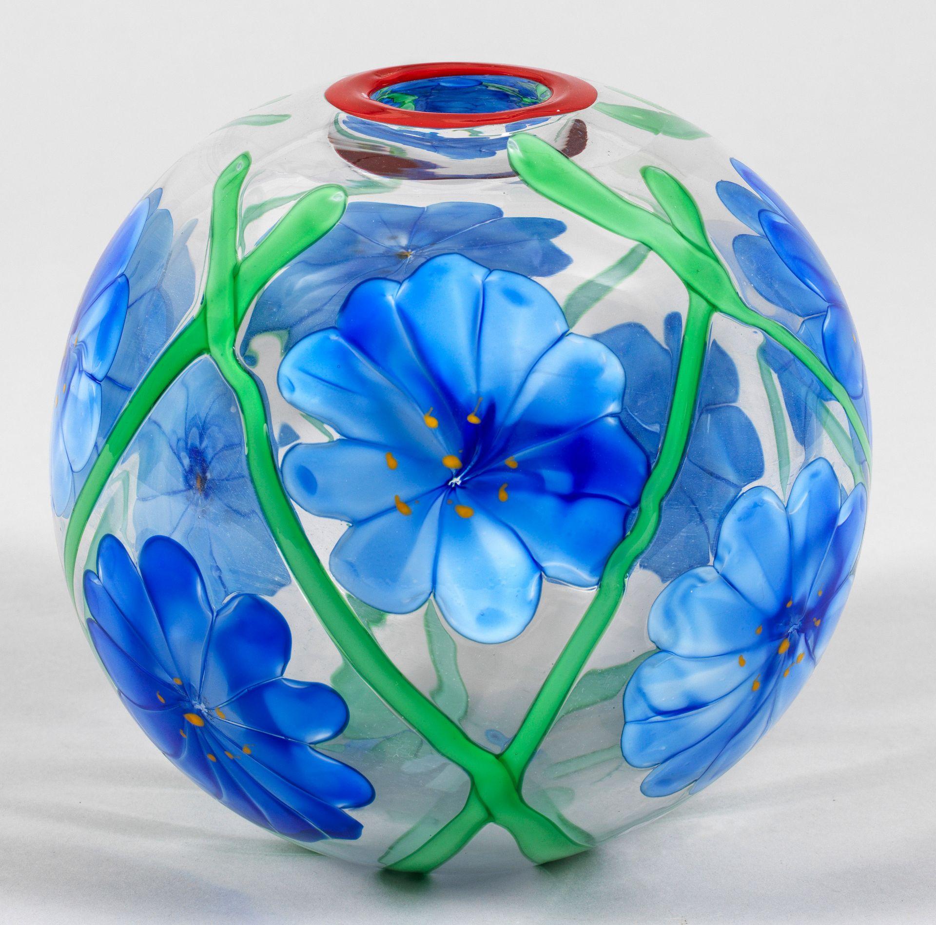 Kugelvase mit Blütendekor von Berit Johansson