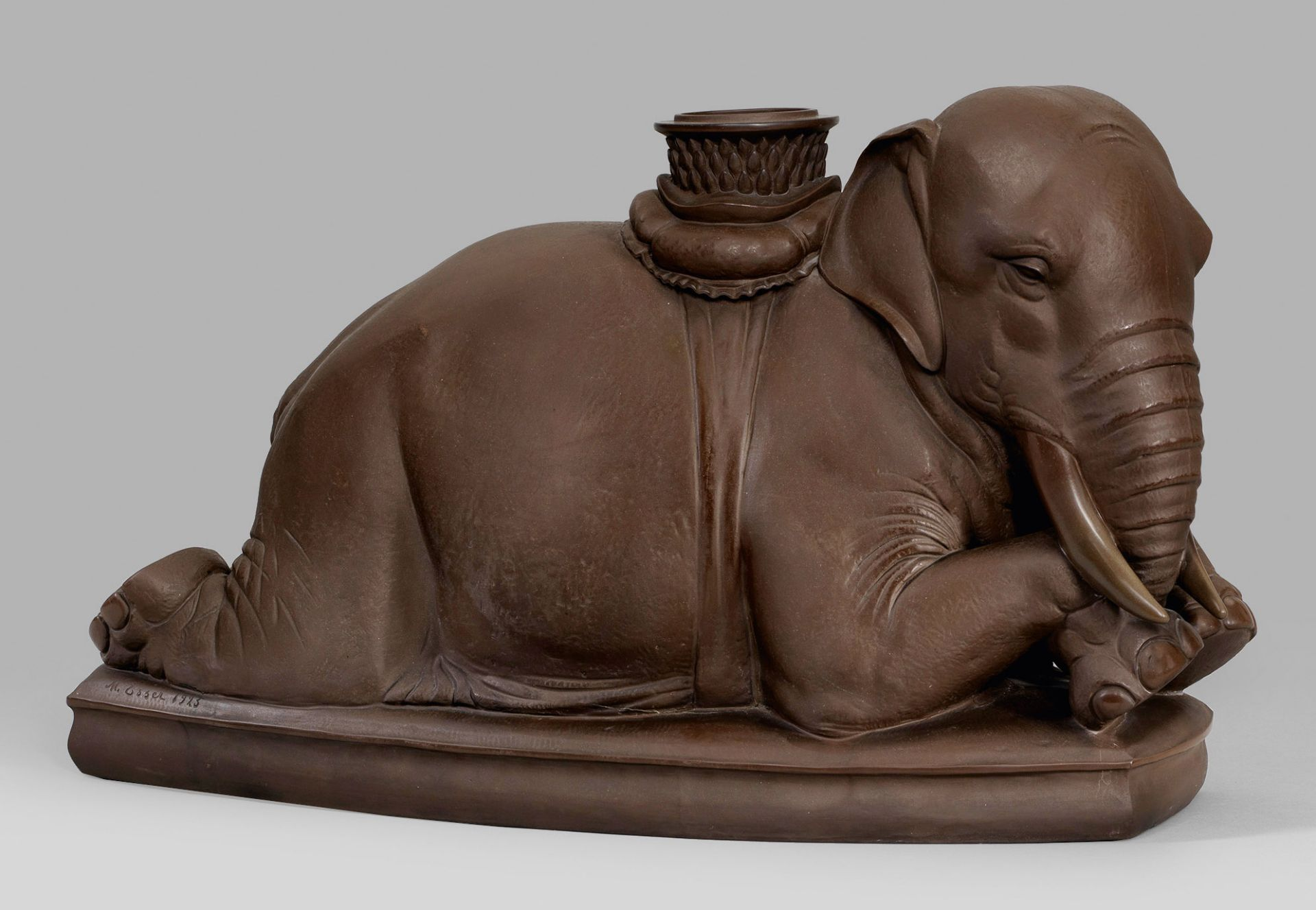 "Große Figur ""Ruhender Elefant"". Originaltitel"