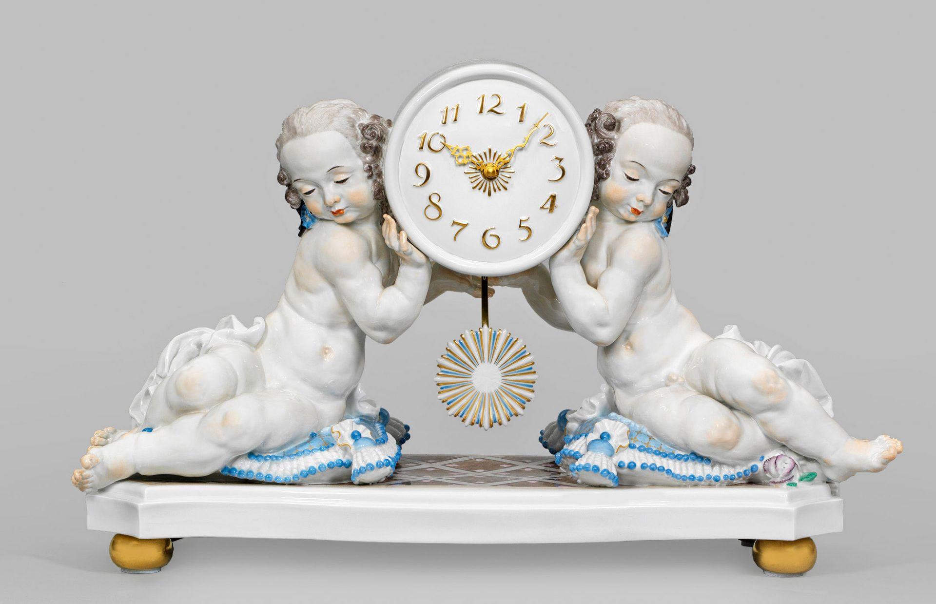 """Große Kaminuhr """"Uhr von zwei Putten getragen"""". Originaltitel"""