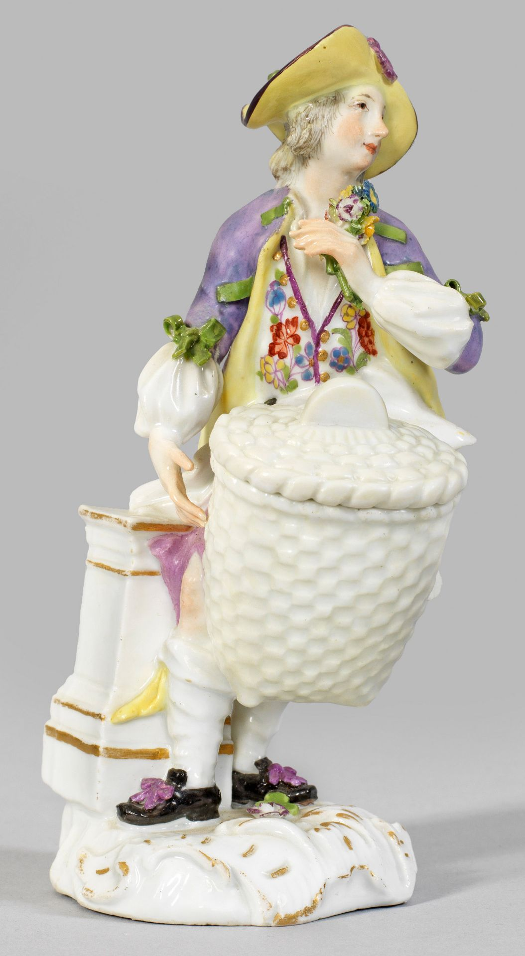 Seltene Figur eines Herrn mit Deckelkorb