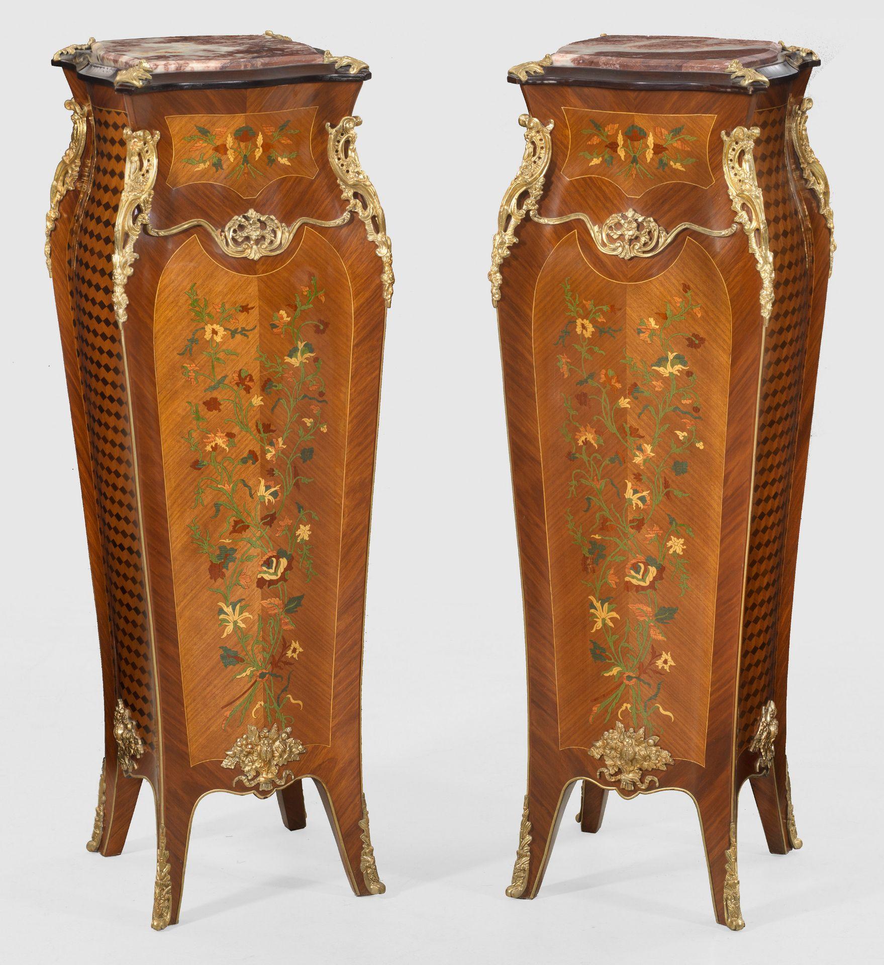 Paar große Postamente im Louis XVI-Stil