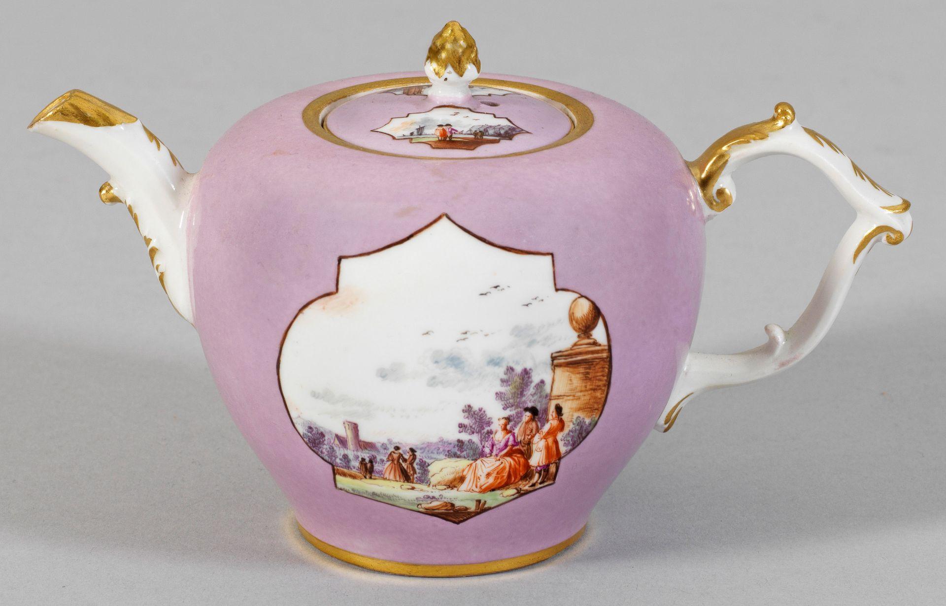 Kleine Teekanne mit seltenem lavendelfarbenem Fond