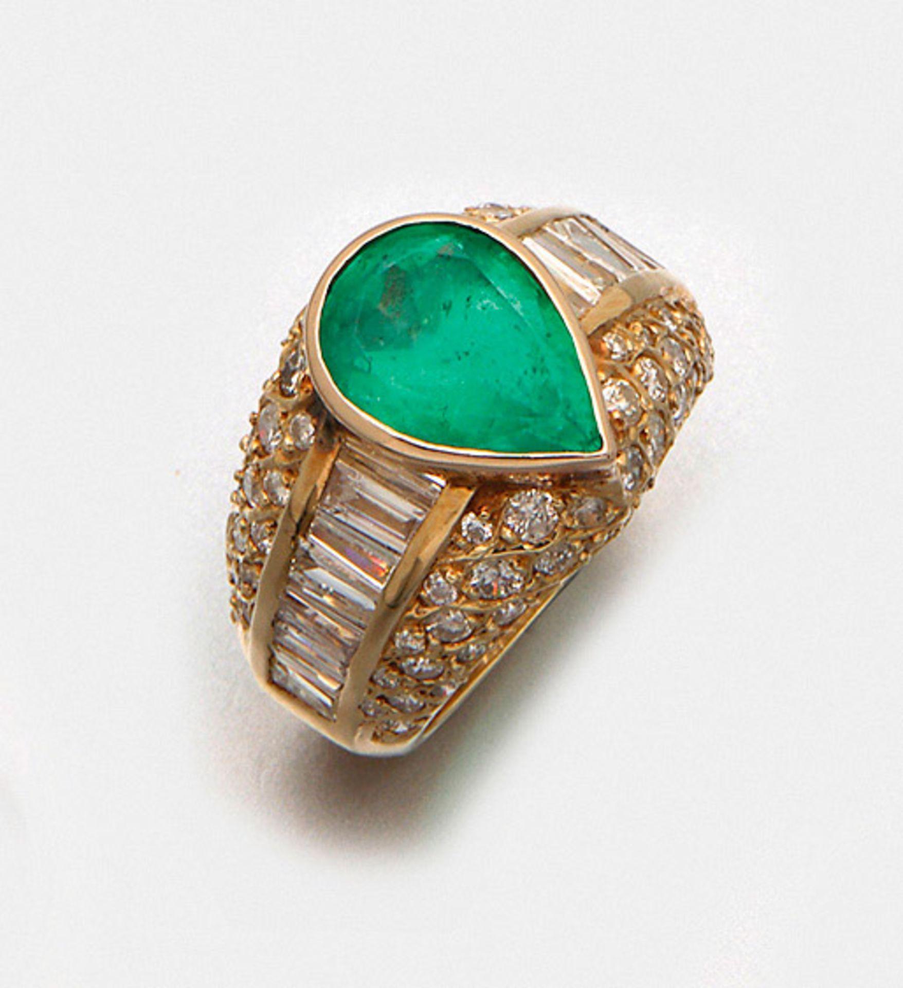 Mondäner Smaragdring mit Diamanten