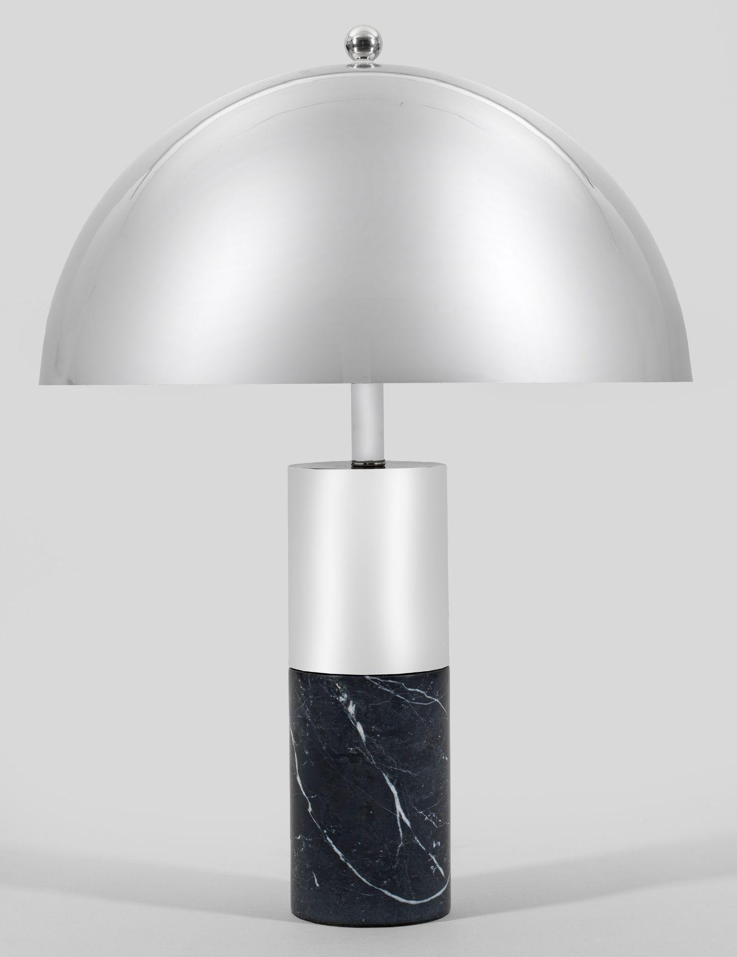 Große Tischlampe