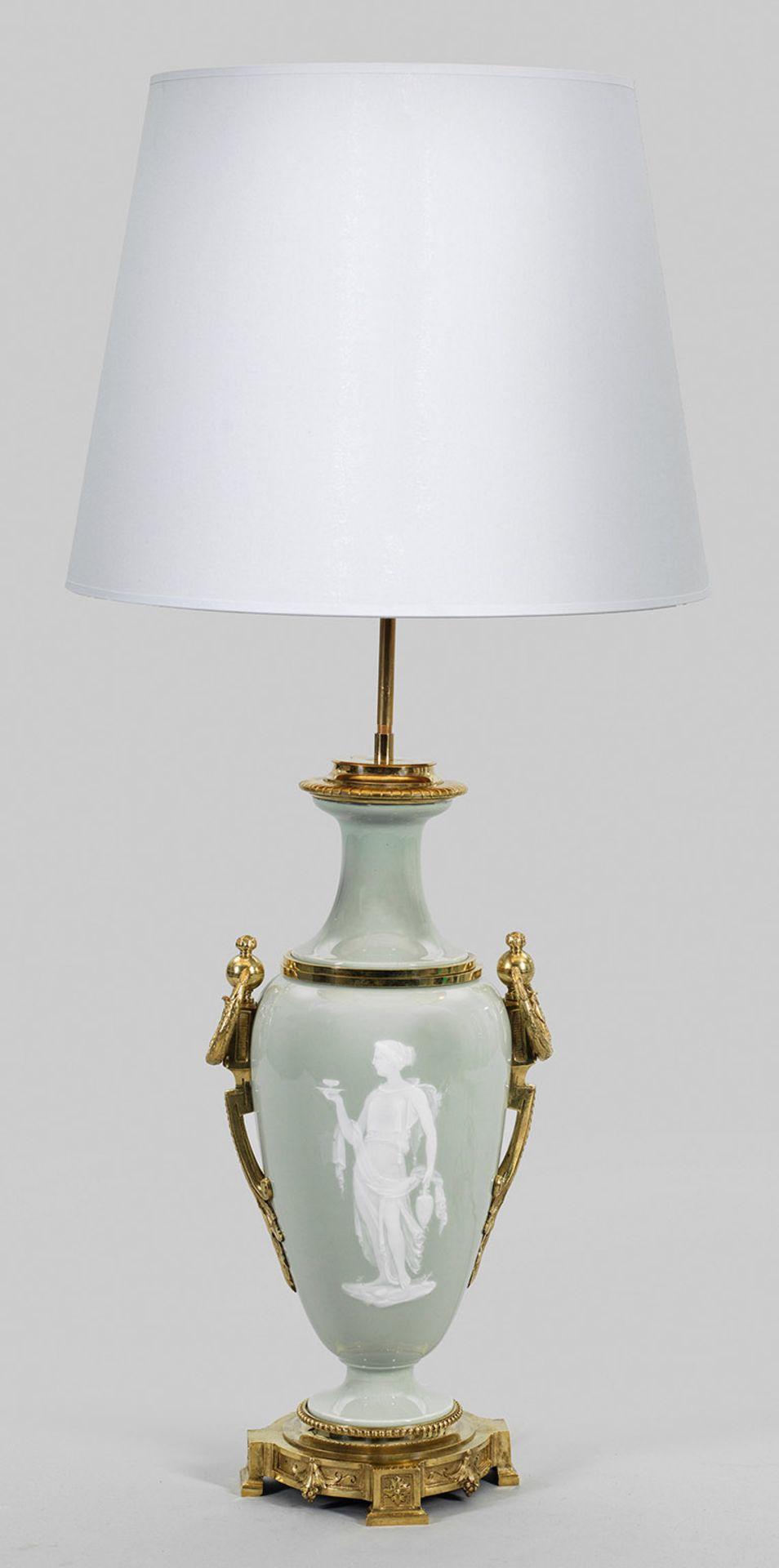 Prächtige Tischlampe mit Pâte-sur-pâte-Malerei