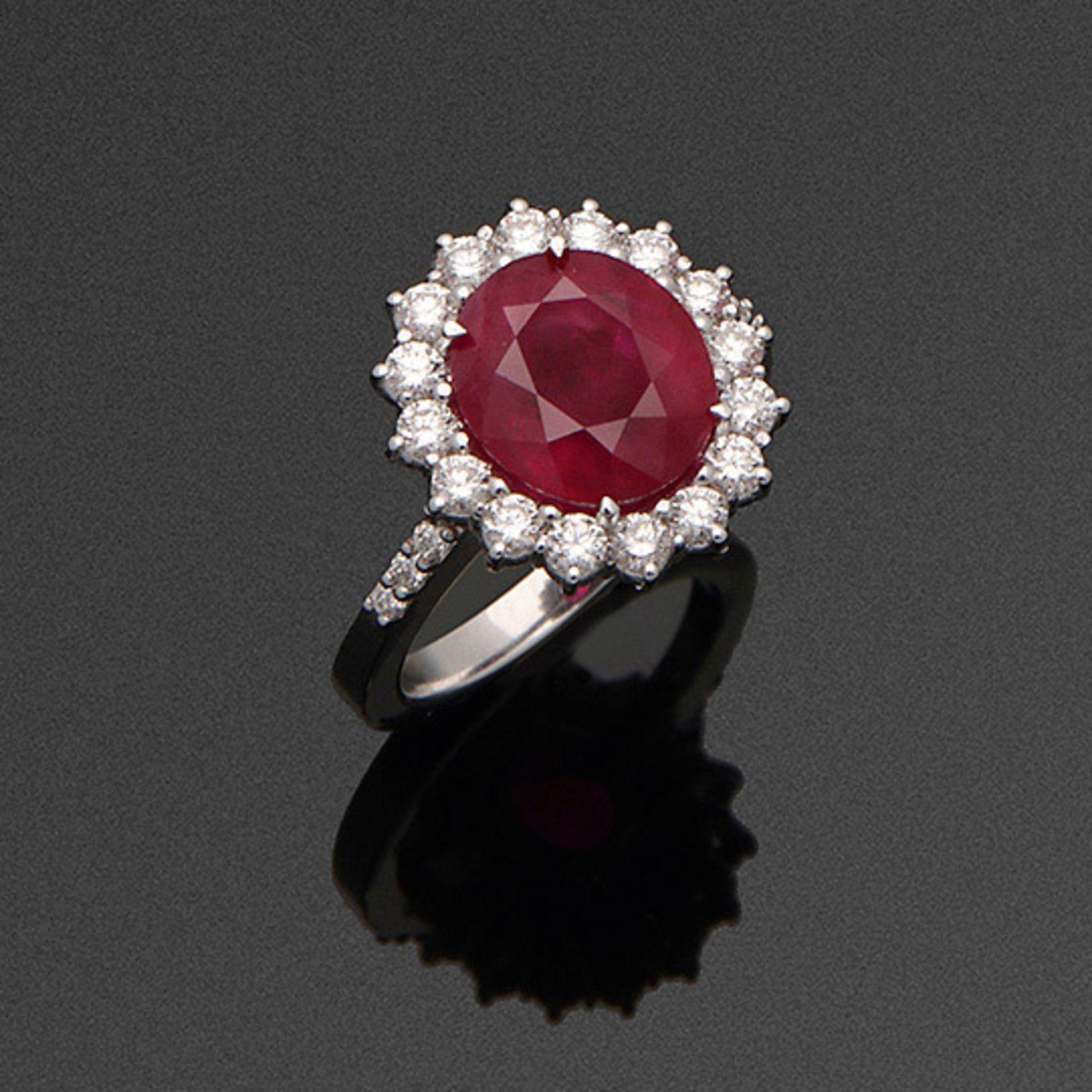 Eleganter Entourage-Ring mit Burma-Rubin