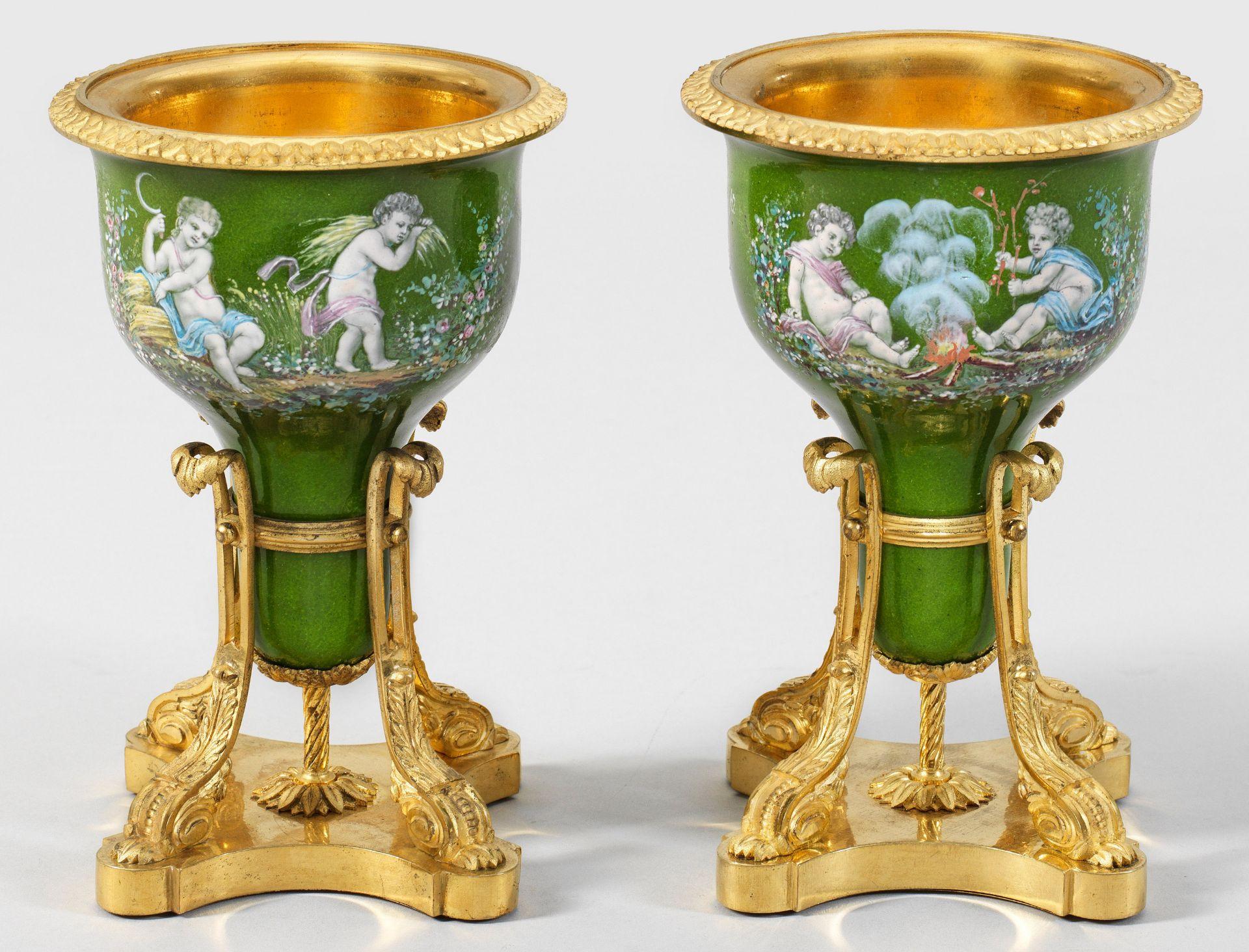 Paar feine Belle Epoque Email-Vasen