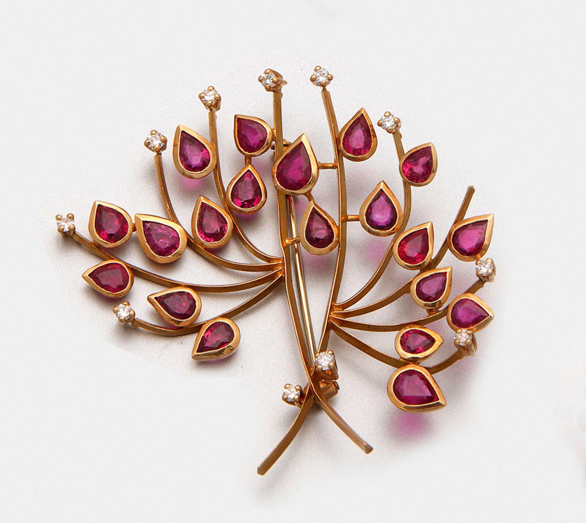 Dekorative Rubin-Brosche