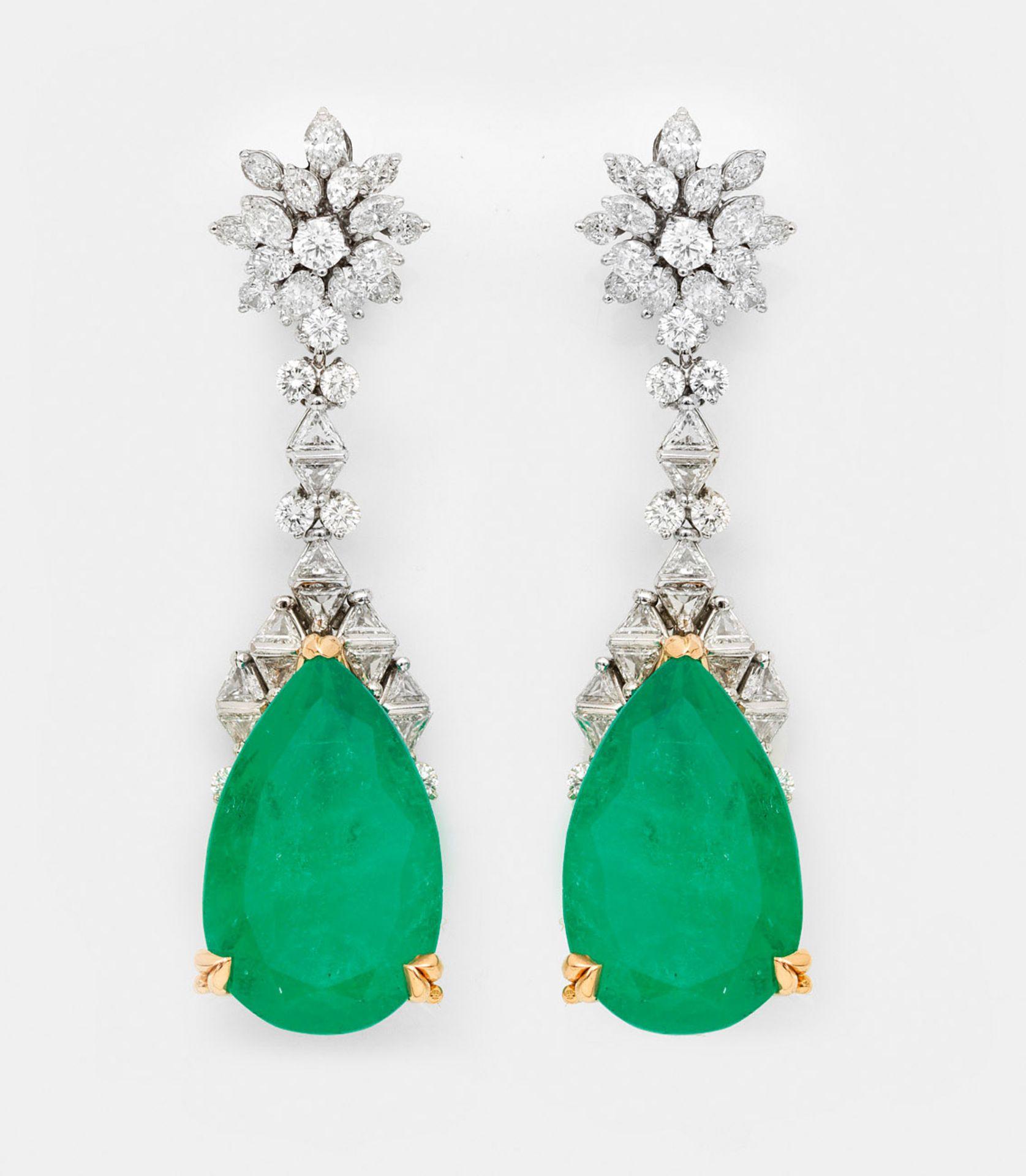 Paar glamouröse kolumbianische Smaragd-Ohrgehänge