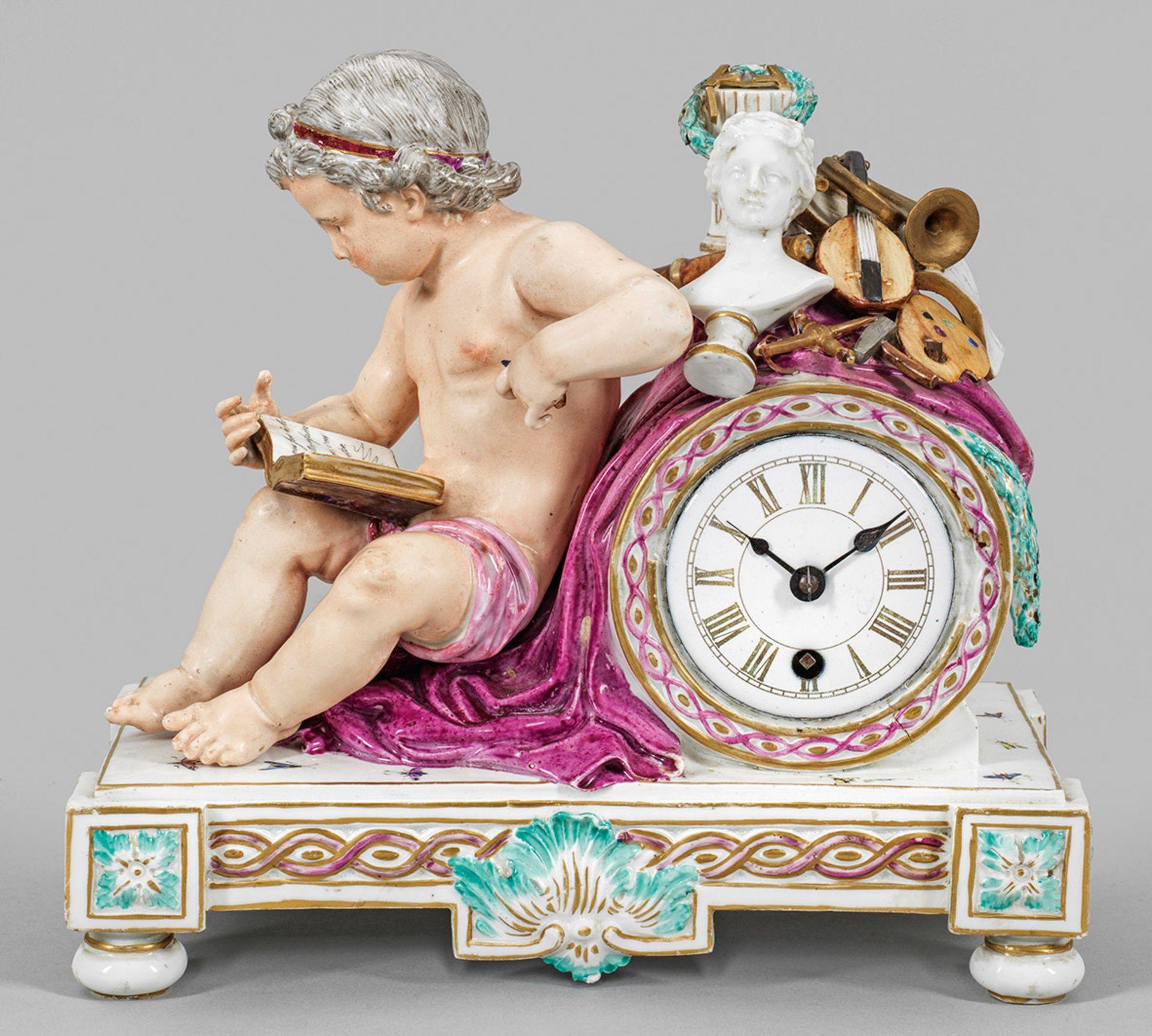 Kaminuhr mit Putto als Allegorie der Künste