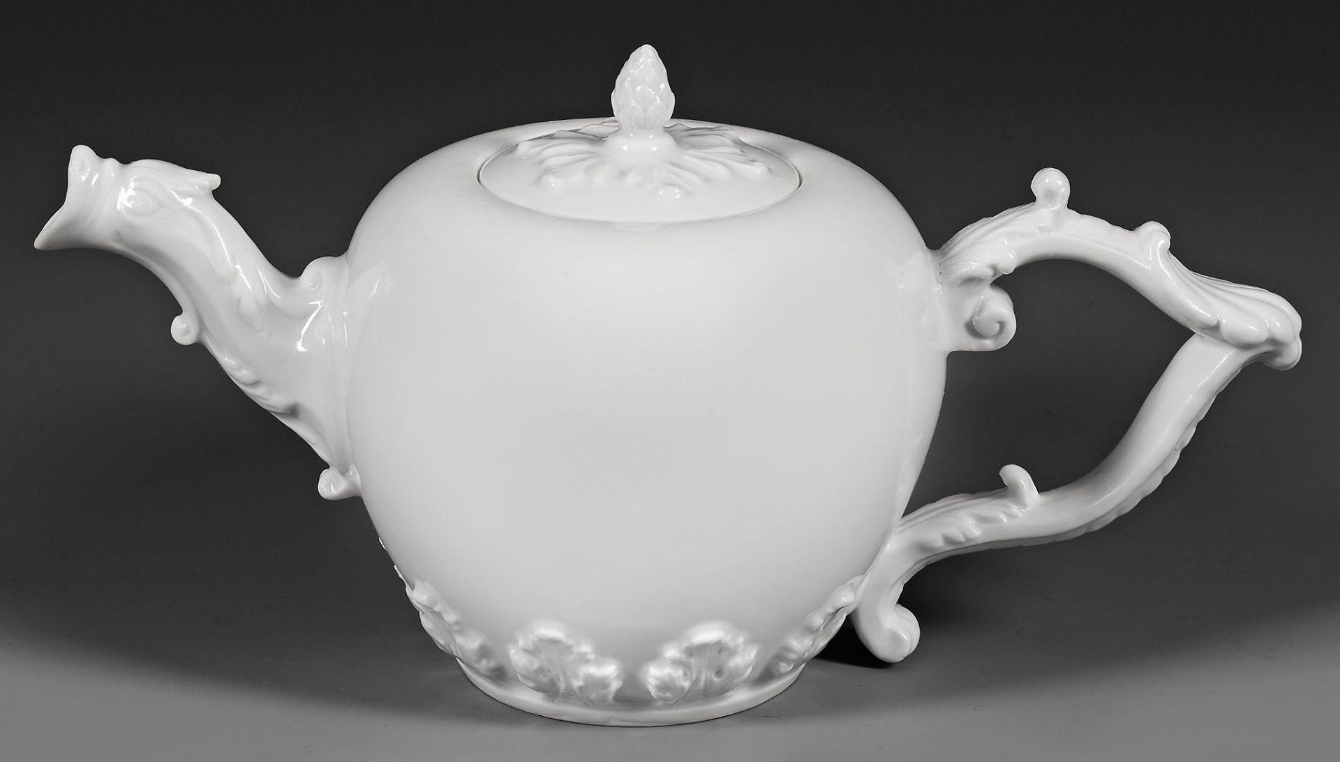 Kleine Teekanne mit Akanthusrelief