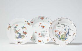 Drei Teller mit japanischem Dekor