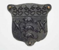 Wappenplatte mit drei gekreuzten Schlüsseln und Delfinen
