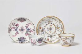 Zwei Koppchen und Untertassen mit chinoisem Dekor