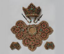 Dreiteiliges Set einer Zeremonial-Tracht. Stoff, Leder und Schmucksteine. Tibet, Ladakh