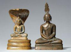 Zwei sitzende Buddha. Kupferlegierung. Sri Lanka. 19. Jh.
