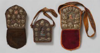 Drei Reiseschreine (ga´u). Weißmetall und Kupfer. Tibet