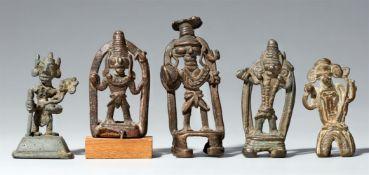 Vier Figuren von Gorakhnath und eine weitere Figur. Kupferlegierung. Zentral-Indien, Madhya Pradesh,