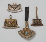 Drei Feuersteintaschen und eine Geldbörse. Leder, Silber und Metall. Tibet
